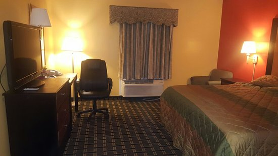 Magnolia Inn and Suites: I was pleasantly surprised when I opened the door to room 116. It was super clean and very nice!