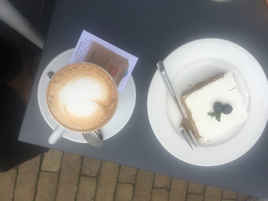 Zwolle, Nederland: Perfect coffee and carrotcake!