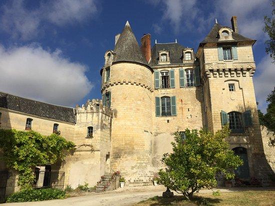 Chateau de La Celle Guenand: la façade coté cour d'arrivée