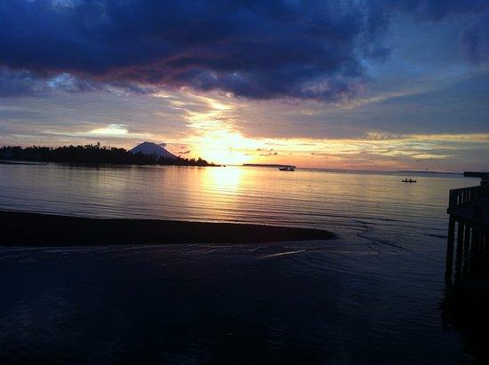 Wori, อินโดนีเซีย: De zonsondergang