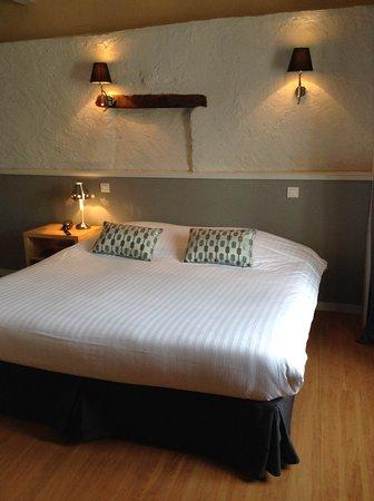 Saint-Jean-d'Angely, France: Chambre double hotel de la place