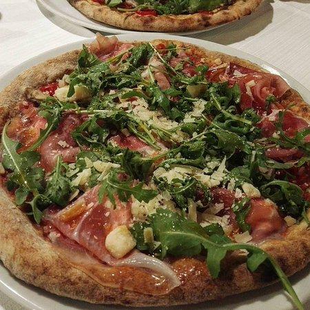 Pizzeria Capri Da Nasti: Impasto integrale, datterini, burrata, crudo, porcini, noci, rucola e scaglie di parmigiano.