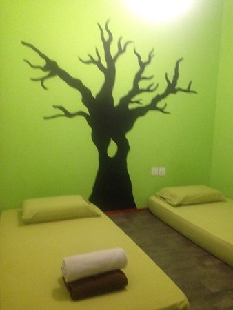 PODs The Backpackers Home: Very suitable and clean room. The air conditioner is good also the staff is very nice too. Recom