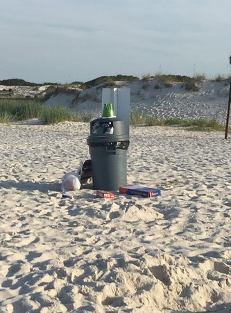 The Beach Club: Just one of the trash cans that were not emptied the entire time we were there.