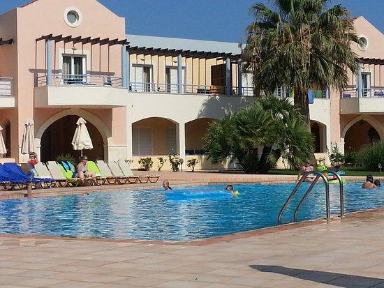 Triton Apartments: Ved ett av hotellets bassenger.