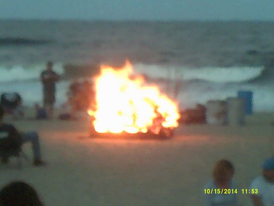 Oceanic Inn: Bonfire at night on the beach