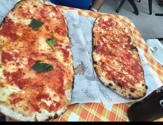 Pizzeria Da Cardone: 50 cm di margherita + 50 cm di diavola = 1 m di bontà.