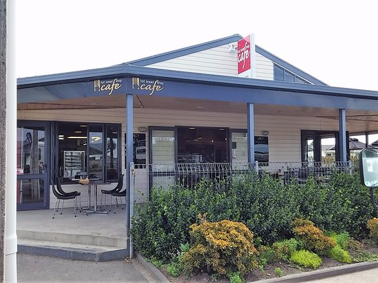 Opotiki, Nuova Zelanda: Entrance from the footpath with outside seating