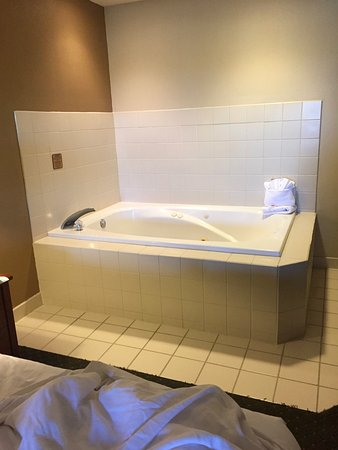 Comfort Suites Milwaukee Airport : Soaking tub five feet from the bed