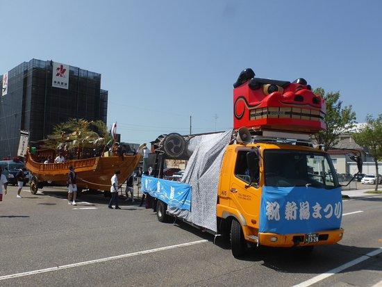 Minatopia Niigata City History Museum: 車と船で運ばれていくお神輿