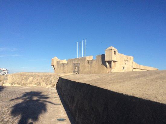 Oeiras, Portugal: Fort São Bruno de Caxias sett fra utsiden.