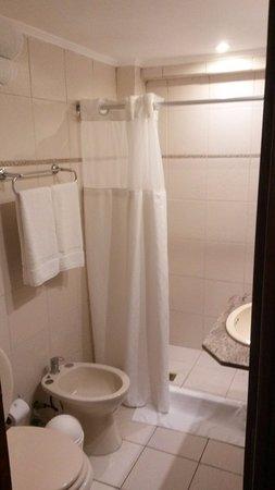 Golden Beach Resort and Spa: banheiro do quarto, não é luxuoso mas o chuveiro é muito bom