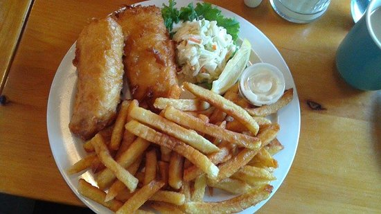 Fenelon Falls, Καναδάς: 2 piece fish an chips with coleslaw ... big portions and the coleslaw is amazing