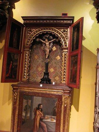 national history museum mueble negramente tallado en madera y pande oro epoca colonial