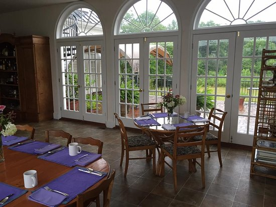 Spring Grove Farm Bed and Breakfast: Breakfast Sun Room