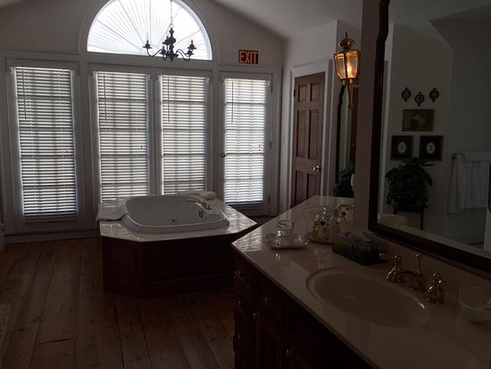 Spring Grove Farm Bed and Breakfast: Rose Bathroom