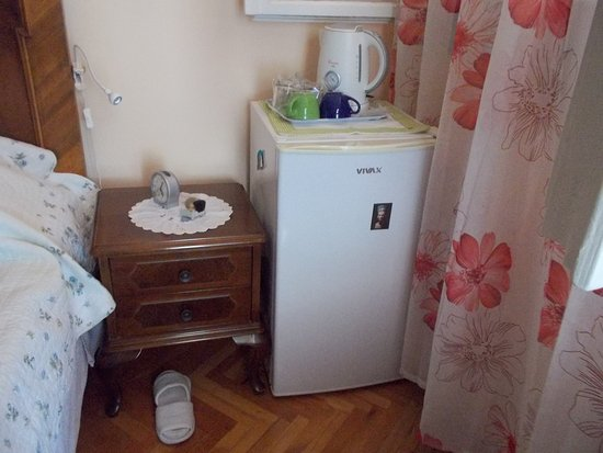 Sinistaj Rooms: Fridge next to the bed