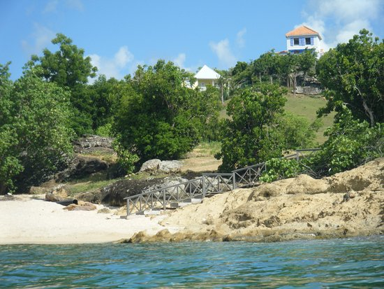Galley Bay Cottages: Beautiful little private beach at the bottom of the hill.