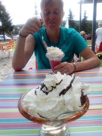 Lozere, France: Une bonne Glace au retour d'une randonnée