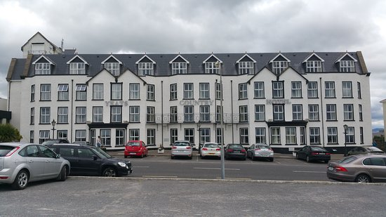 Rosses Point, Irlandia: the front of the hotel.. looks great from here