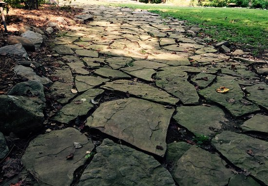 Dancing Bear Lodge: Uneven flagstone walkway to cabin.