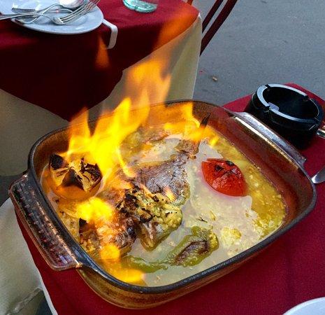 Le Bernica : Dorade cuite au four dans un bain de citron et parfumée aux épreuves créoles, le tout flambé au