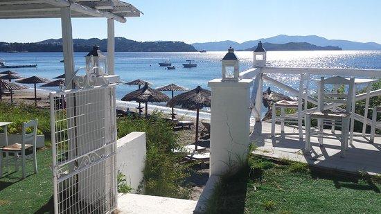 Vassilias Beach Apartments: Spiagia sotto l'hotel