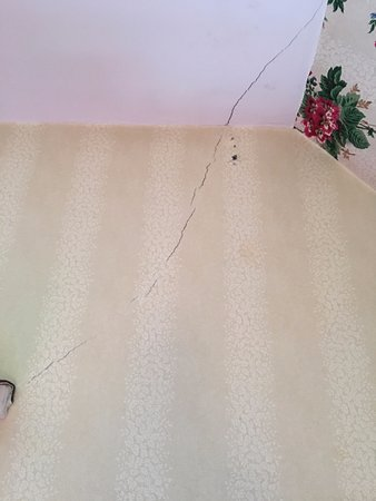 Norfolk, CT: Crack in the bedroom wall