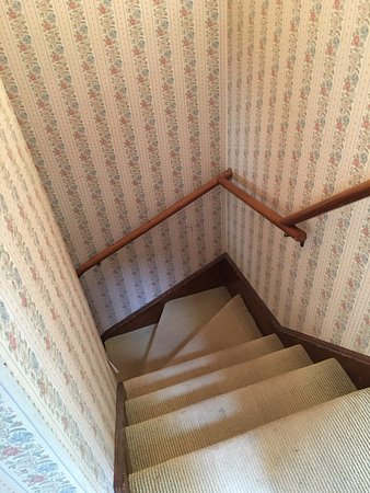Norfolk, Коннектикут: Steep stairs with dirty carpeting