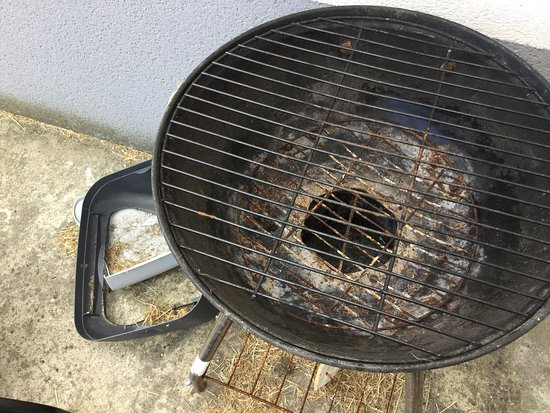 Sangatte, Francja: Dirty and rusty BBQ