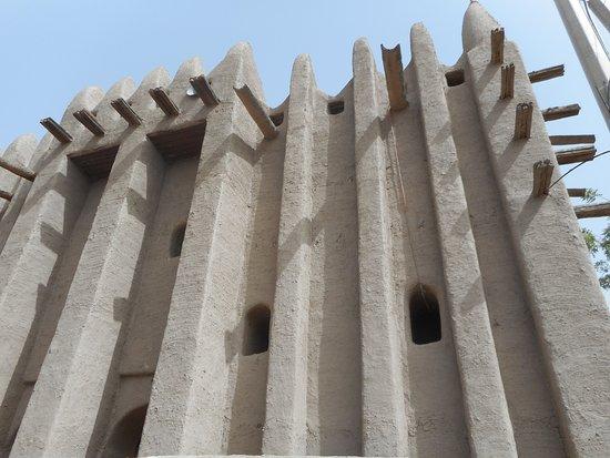 Стена мечети.