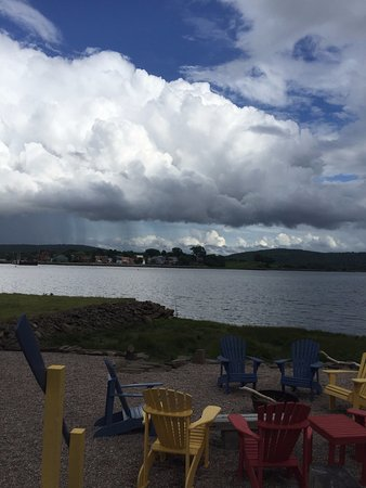 Granville Ferry, Kanada: The view across the bay of Annapolis Royal. They have a nice fire pit with chairs.