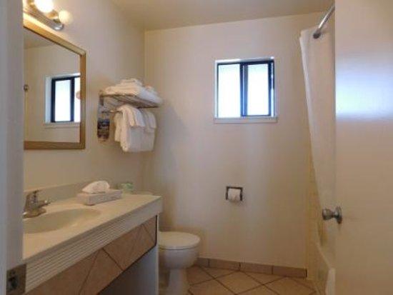 Brookings, OR: Deluxe double queen bathroom