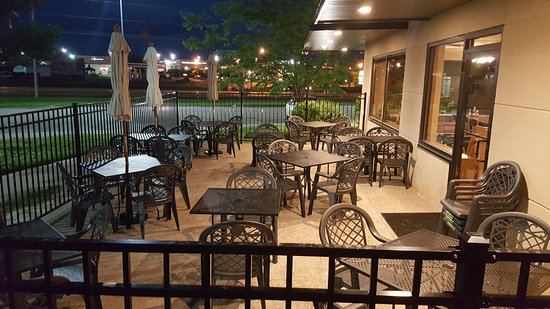 Williamsburg, IA: Outdoor Patio seating