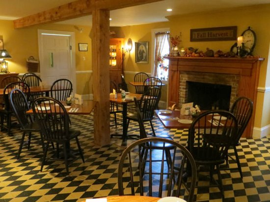 East Chezzetcook, Canadá: enjoy your meal and drink by the cozy fire