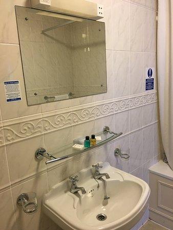 Garth Hotel & Restaurant: Garth Hotel Sink and Tile