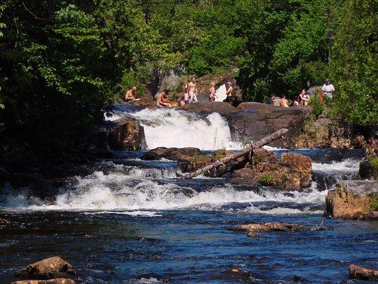 Chutes de la Marmite: Endroit pour se baigner en bas des chutes