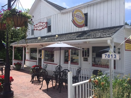 Egg Harbor, Ουισκόνσιν: Nice Outdoor seating. Confectionery is next door!