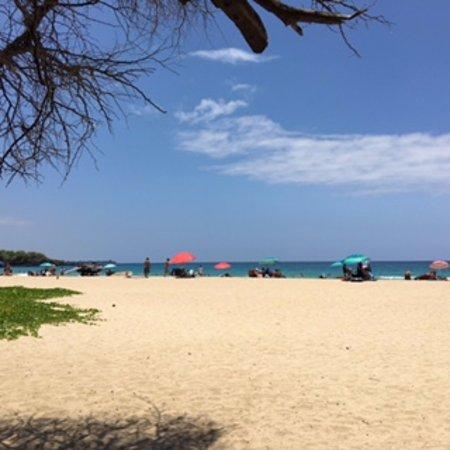 Hapuna Beach: 10時半ごろから人が増えてきます。
