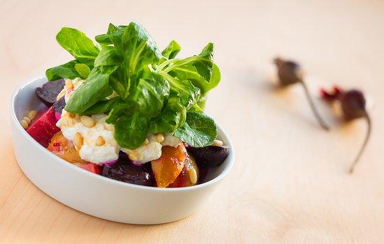 The Rustic Lounge at Cedar Glen Lodge : Warm Beet Salad