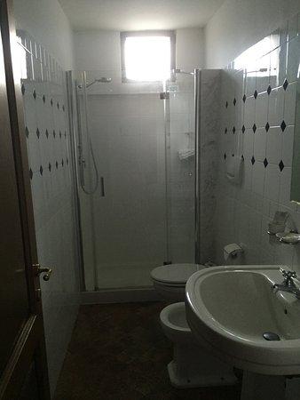 B&B Sant'Angelo 42: Modern, clean bathroom.