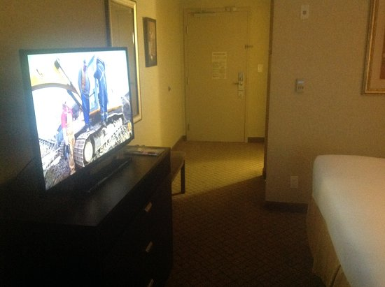 Holiday Inn Express Hotel & Suites Halifax Airport: Room looking towords the exit.