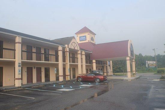 Rowland, Kuzey Carolina: Afuera del hotel