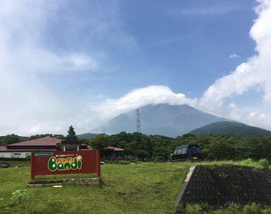 Campica Fuji Grinpa: 管理棟からの富士山 午後のため雲が出てきた