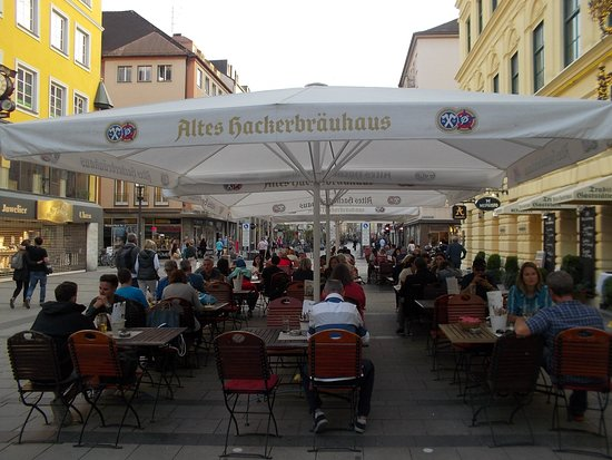 Altes Hackerhaus: the outdoor setting was great for a summer night