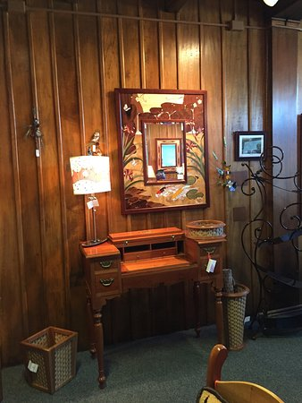 Log House Craft Gallery: Beautiful craftsmanship- such a wide variety of items. I