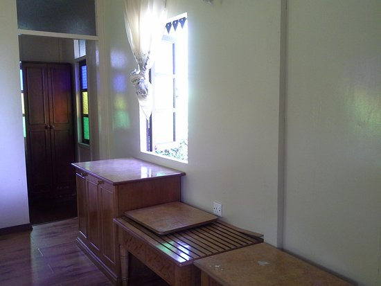 Kapas Island Resort: Ample space for luggages or belongings. Good natural lighting and can see nice view too from her