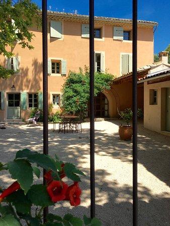 Saint-Hippolyte-le-Graveyron, ฝรั่งเศส: Appartements du Ch. Juvenal: charmant, a l'ombre des platanes, face au parc, chant de cigales ga