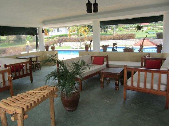 Garuga Resort Beach Hotel: Pool Lounge