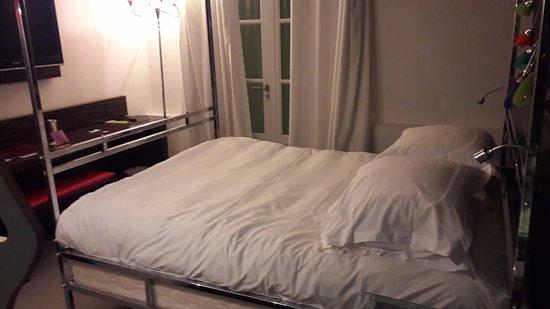 Hotel Cezanne: Chambre étriquée
